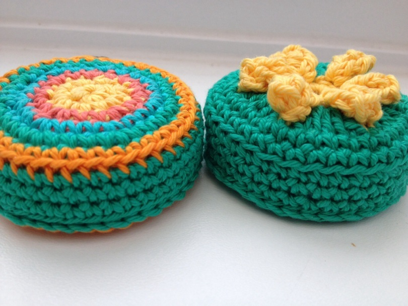 Crochet retractable tape measure