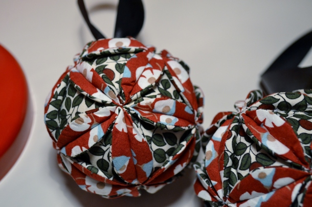 Christmas fabric baubles tutorial